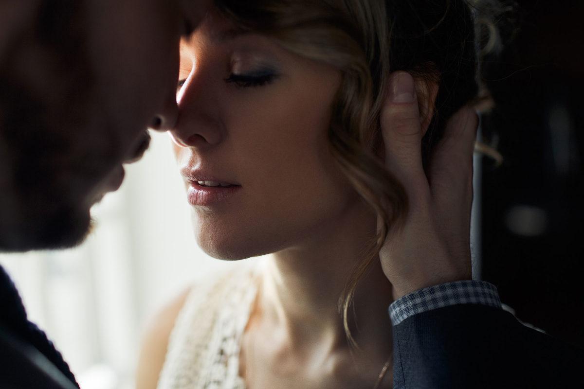 Трогают и смотрят друг на друга смотреть онлайн мужья любят